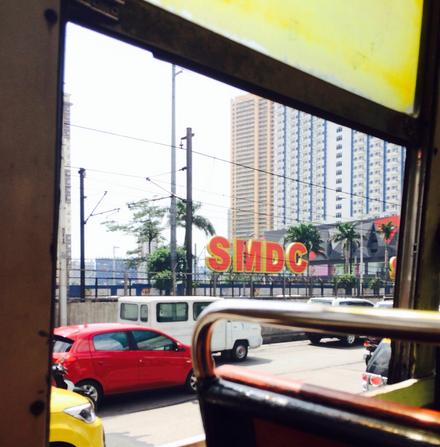 バスの中から見えるSMDCの看板